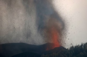 Mount Cumbre Vieja erupts spewing a column of smoke and ash next to the Cabeza de Vaca area, in Cumbre Vieja, El Paso, in the Canary Island of La Palma, on September 21, 2021. (Photo by DESIREE MARTIN / AFP)