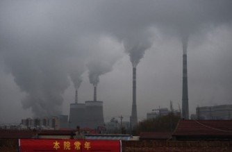 (FILES) In this file photo taken on November 19, 2015, smoke belches from a coal-fueled power station near Datong, in China's northern Shanxi province. - China will stop funding coal projects overseas, President Xi Jinping announced on September 21, 2021, all but ending the flow of public aid for the dirty energy contributing to the climate crisis. (Photo by GREG BAKER / AFP)