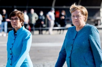 (L-R) German Defence Minister Annegret Kramp-Karrenbauer and German Chancellor Angela Merkel attend a military roll call of the military evacuation operation (MilEvakOp), in Seedorf, northern Germany on September 22, 2021. (Photo by HAUKE-CHRISTIAN DITTRICH / AFP)