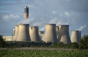 A view of the cooling towers of the Drax coal-fired power station near Selby, northern England on September 25, 2015. Energy company Drax has abandoned a 1 billion GBP installation of carbon capture technology to cut emissions, citing  the UK government's reduction of subsidies for renewable energy. AFP PHOTO / OLI SCARFF (Photo by OLI SCARFF / AFP)