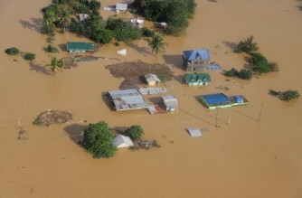 """This handout aerial photo taken and recieved on November 14, 2020 from the Philippine Coast Guard shows submerged houses in Cagayan province, north of Manila, on November 14, 2020, days after Typhoon Vamco hit parts of the country bringing heavy rain and flooding. (Photo by Handout / Philippine Coast Guard / AFP) / -----EDITORS NOTE --- RESTRICTED TO EDITORIAL USE - MANDATORY CREDIT """"AFP PHOTO / PHILIPPINE COAST GUARD """" - NO MARKETING - NO ADVERTISING CAMPAIGNS - DISTRIBUTED AS A SERVICE TO CLIENTS"""