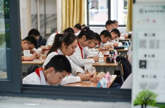 Students return to school for the new semester as schools reopen after a Covid-19 coronavirus outbreak in the city of Nanjing, in China's eastern Jiangsu province on September 9, 2021. (Photo by AFP) / China OUT