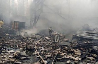 """This handout photograph taken and released by the Russian Emergency Situations Ministry on October 22, 2021, shows firefighters working to put out a fire at a gunpowder and chemicals plant in Ryazan Region. - Seven people died and nine others were missing after a fire on Friday at a factory southeast of Moscow that produces industrial explosives as well as armaments. (Photo by Yuri KADOBNOV / RUSSIAN EMERGENCY SITUATIONS MINISTRY / AFP) / RESTRICTED TO EDITORIAL USE - MANDATORY CREDIT """"AFP PHOTO / RUSSIAN EMERGENCY SITUATIONS MINISTRY"""" - NO MARKETING - NO ADVERTISING CAMPAIGNS - DISTRIBUTED AS A SERVICE TO CLIENTS"""