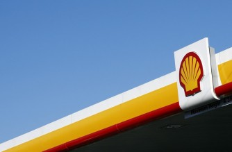 A Shell logo is pictured outside a Royal Dutch Shell petrol station in Hook, near Basingstoke on January 20, 2016. Royal Dutch Shell said it expected a sharp decline in full-year net profits, as plunging oil prices slash the earnings of leading energy companies.  AFP PHOTO / ADRIAN DENNIS (Photo by ADRIAN DENNIS / AFP)